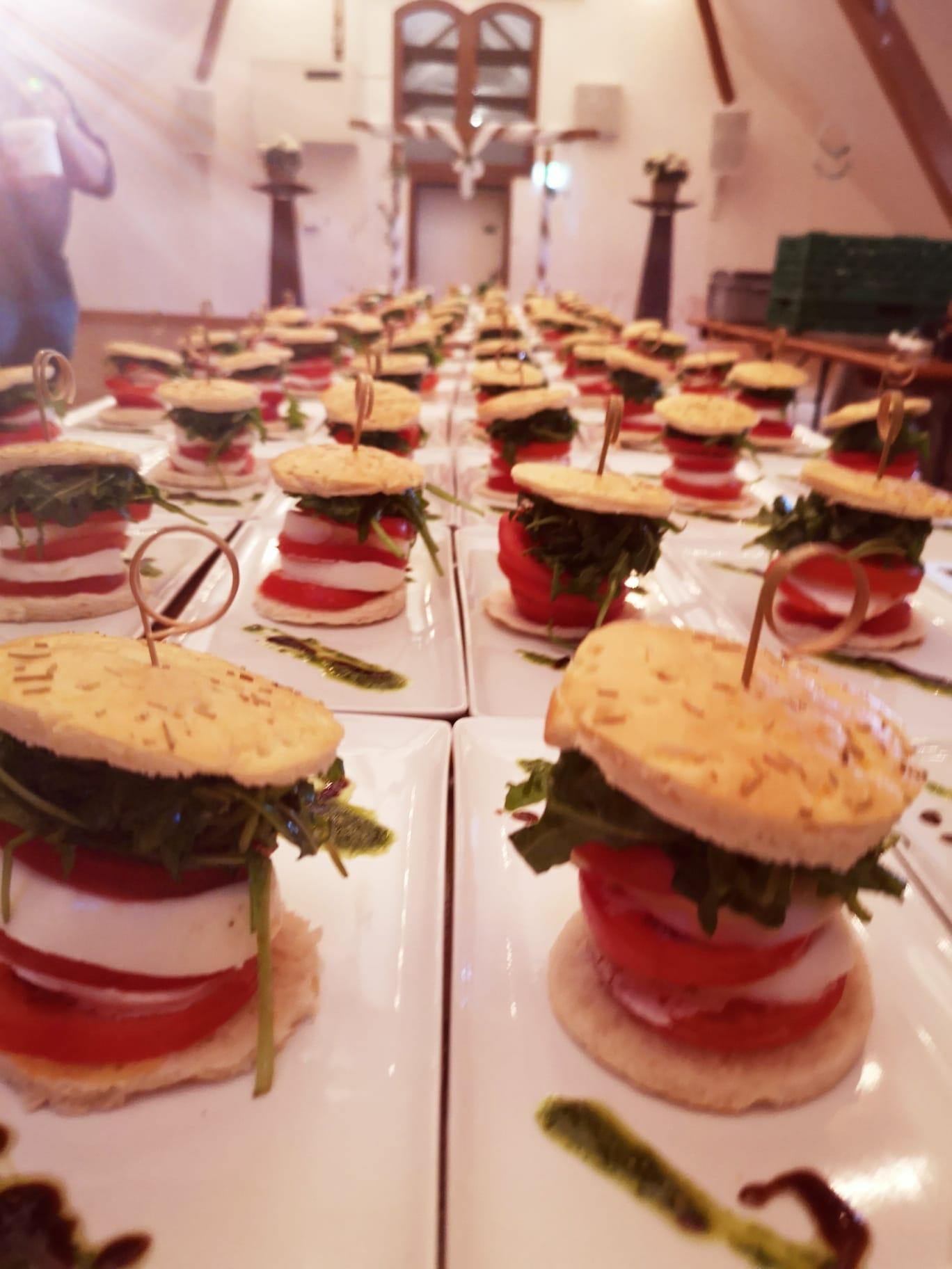 Hochzeits Catering Vorspeise, Tomaten Büffelmozzarella Türmchen mit Foccacia